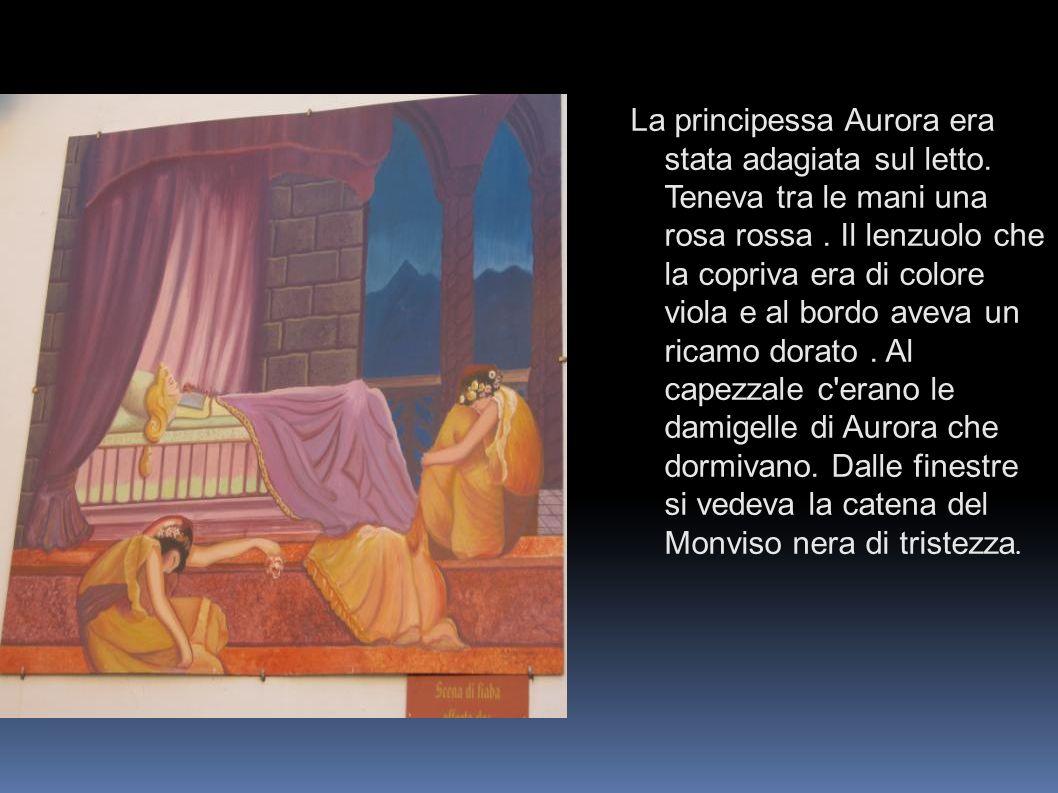 La principessa Aurora era stata adagiata sul letto. Teneva tra le mani una rosa rossa. Il lenzuolo che la copriva era di colore viola e al bordo aveva