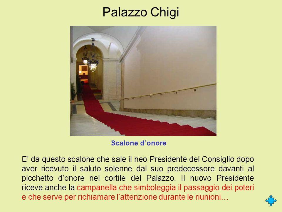Palazzo Chigi E da questo scalone che sale il neo Presidente del Consiglio dopo aver ricevuto il saluto solenne dal suo predecessore davanti al picche