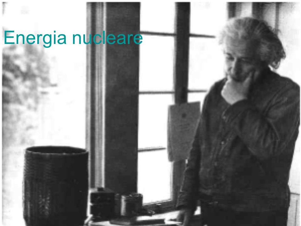 Prime applicazioni dellenergia nucleare Con energia nucleare si intendono tutti quei fenomeni in cui si ha la produzione di energia in seguito a trasformazioni nei nuclei atomici Limportanza dellidea di sfruttarla venne colta prima di tutti da Leo Szilard, non appena Niels Bhor, portò negli Stati Uniti, nel 1939, la notizia della teoria della fissione.
