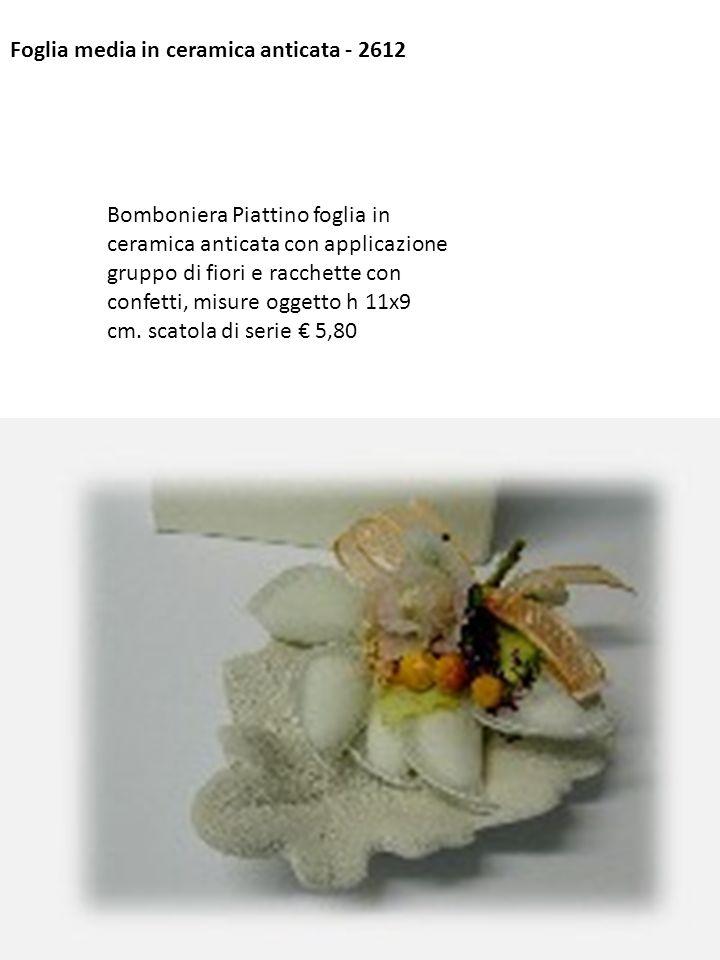 Foglia media in ceramica anticata - 2612 Bomboniera Piattino foglia in ceramica anticata con applicazione gruppo di fiori e racchette con confetti, mi