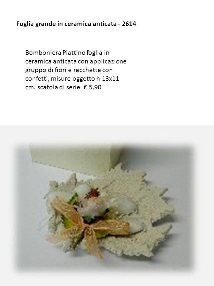 Foglia grande in ceramica anticata - 2614 Bomboniera Piattino foglia in ceramica anticata con applicazione gruppo di fiori e racchette con confetti, m