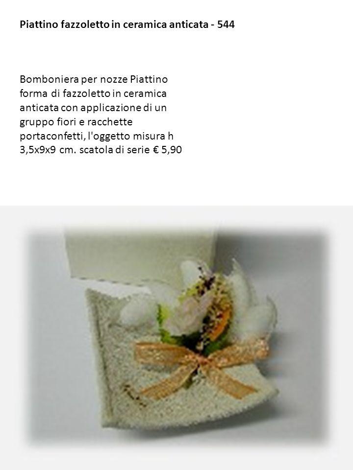 Piattino fazzoletto in ceramica anticata - 544 Bomboniera per nozze Piattino forma di fazzoletto in ceramica anticata con applicazione di un gruppo fi