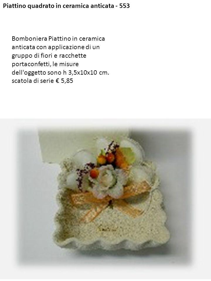Piattino quadrato in ceramica anticata - 553 Bomboniera Piattino in ceramica anticata con applicazione di un gruppo di fiori e racchette portaconfetti
