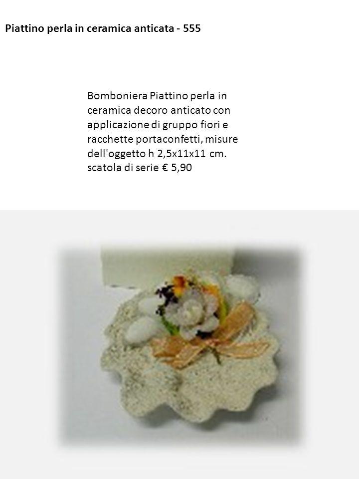 Piattino perla in ceramica anticata - 555 Bomboniera Piattino perla in ceramica decoro anticato con applicazione di gruppo fiori e racchette portaconf