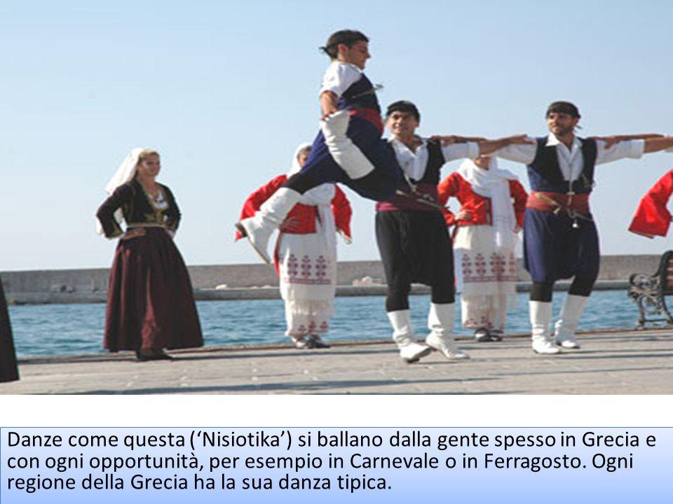 Danze come questa (Nisiotika) si ballano dalla gente spesso in Grecia e con ogni opportunità, per esempio in Carnevale o in Ferragosto. Ogni regione d