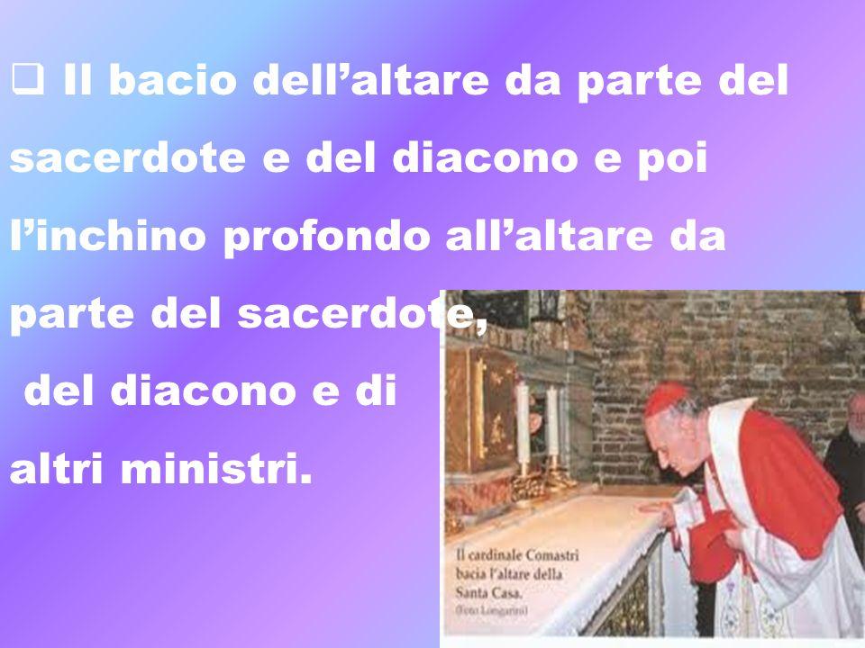 Il bacio dellaltare da parte del sacerdote e del diacono e poi linchino profondo allaltare da parte del sacerdote, del diacono e di altri ministri.