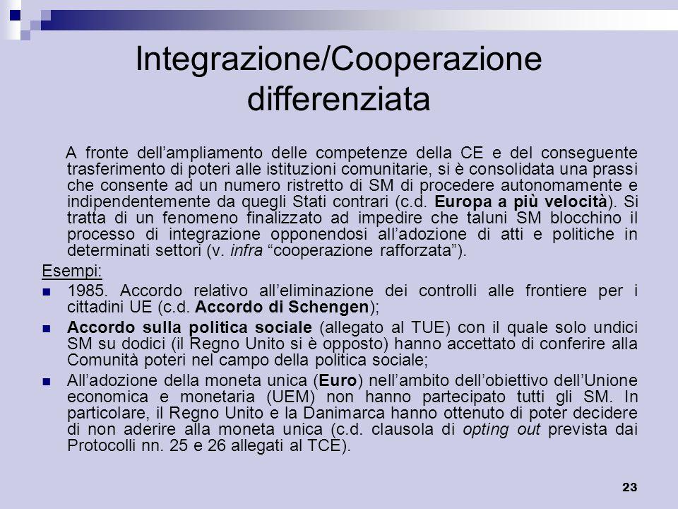 23 Integrazione/Cooperazione differenziata A fronte dellampliamento delle competenze della CE e del conseguente trasferimento di poteri alle istituzio