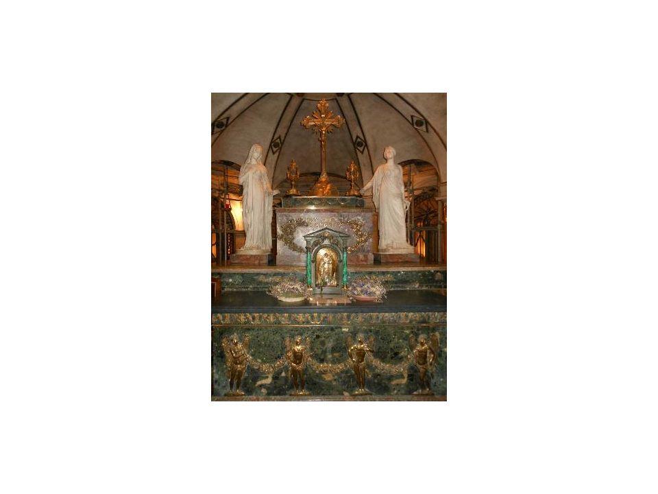 Sacristia La Sagrestia L attuale sacristia e l adiacente Cappella dell Incoronata sono gli ambienti più antichi del complesso del Duomo con presenze murarie del XII sec.