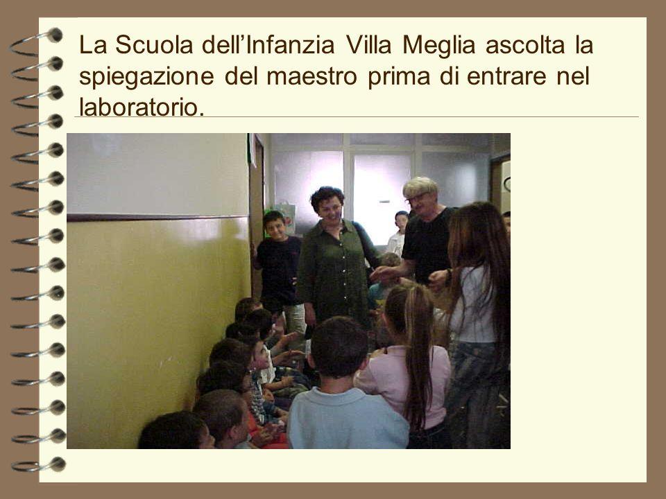 La Scuola dellInfanzia Villa Meglia ascolta la spiegazione del maestro prima di entrare nel laboratorio.