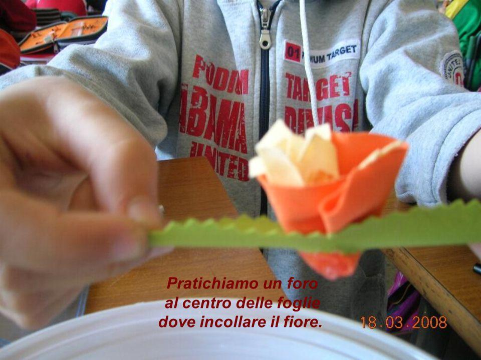 Pratichiamo un foro al centro delle foglie dove incollare il fiore.