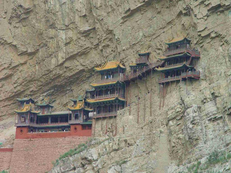 La seconda attrazione del Monastero sospeso è che raccoglie Buddismo, Taoismo e Confucianesimo. Al suo interno convivono, in modo piuttosto insolito,