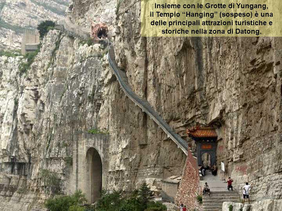 Le sue sale e padiglioni sono costruite lungo i contorni della scogliera con le cavità naturali e affioramenti. Gli edifici sono collegati da corridoi