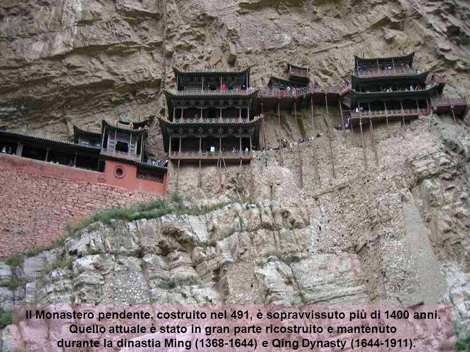 Costruito più di 1400 anni fa, questo tempio è unico non solo per la sua posizione su un precipizio, ma anche perché riunisce fede Buddista, Taoista,