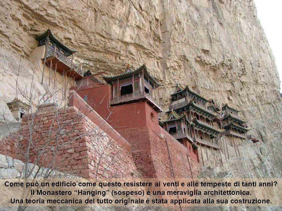 Il Monastero pendente, costruito nel 491, è sopravvissuto più di 1400 anni. Quello attuale è stato in gran parte ricostruito e mantenuto durante la di