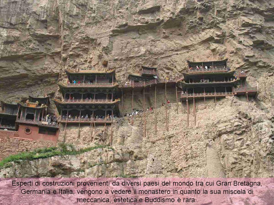 Traverse sono state inserite a metà nella roccia come fondamenta, mentre la parte posteriore della roccia è diventata il suo sostegno. Visto dal basso
