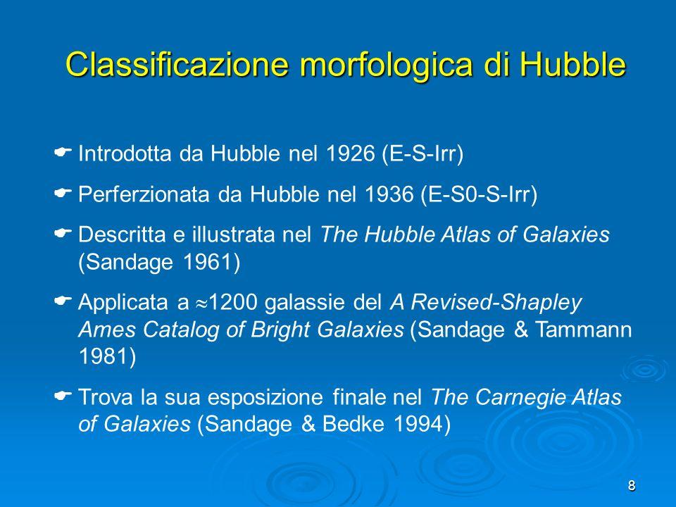 9 È la classificazione più usata e fornisce la terminologia di base Hubble distigue le galassie in quattro famiglie: - galassie ellittiche (E) - galassie lenticolari normali (S0) e barrate (SB0) - galassie a spirale normali (S) e barrate (SB) - galassie irregolari (Irr) e le colloca lungo cosiddetto diagramma a diapason (tuning-fork diagram) Hubble: tipi morfologici
