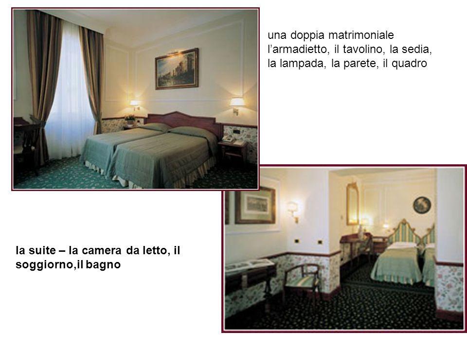 una doppia matrimoniale larmadietto, il tavolino, la sedia, la lampada, la parete, il quadro la suite – la camera da letto, il soggiorno,il bagno
