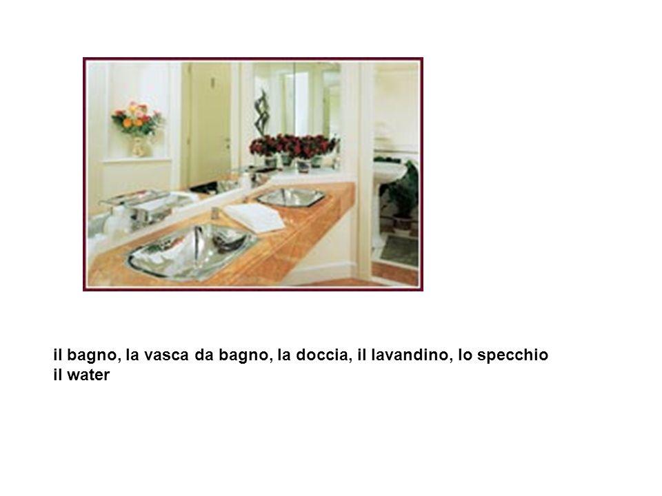 il bagno, la vasca da bagno, la doccia, il lavandino, lo specchio il water