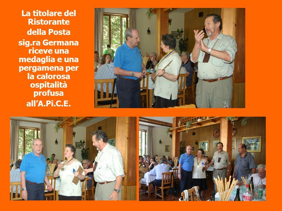 La titolare del Ristorante della Posta sig.ra Germana riceve una medaglia e una pergamena per la calorosa ospitalità profusa allA.Pi.C.E.