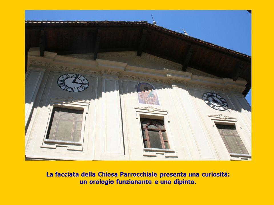 La facciata della Chiesa Parrocchiale presenta una curiosità: un orologio funzionante e uno dipinto.