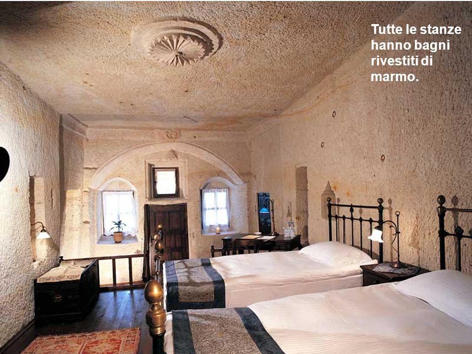 Larredamento include, tra laltro, pavimenti di legno con tappeti turchi.