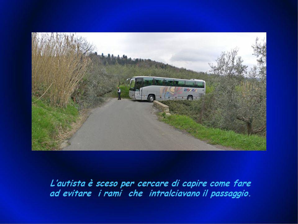 Appena abbandonata la via Bolognese, si sono subito rese evidenti delle problematiche: il pullman ( lungo 13 metri circa ) ha avuto grosse difficoltà