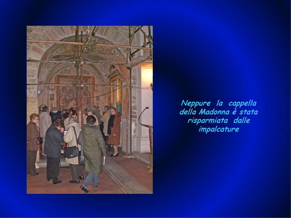 Causa restauri, anche linterno della chiesa era tutto ingabbiato. Ad ogni modo, anche se a fatica, dalla foto si può vedere che la struttura è a tre n
