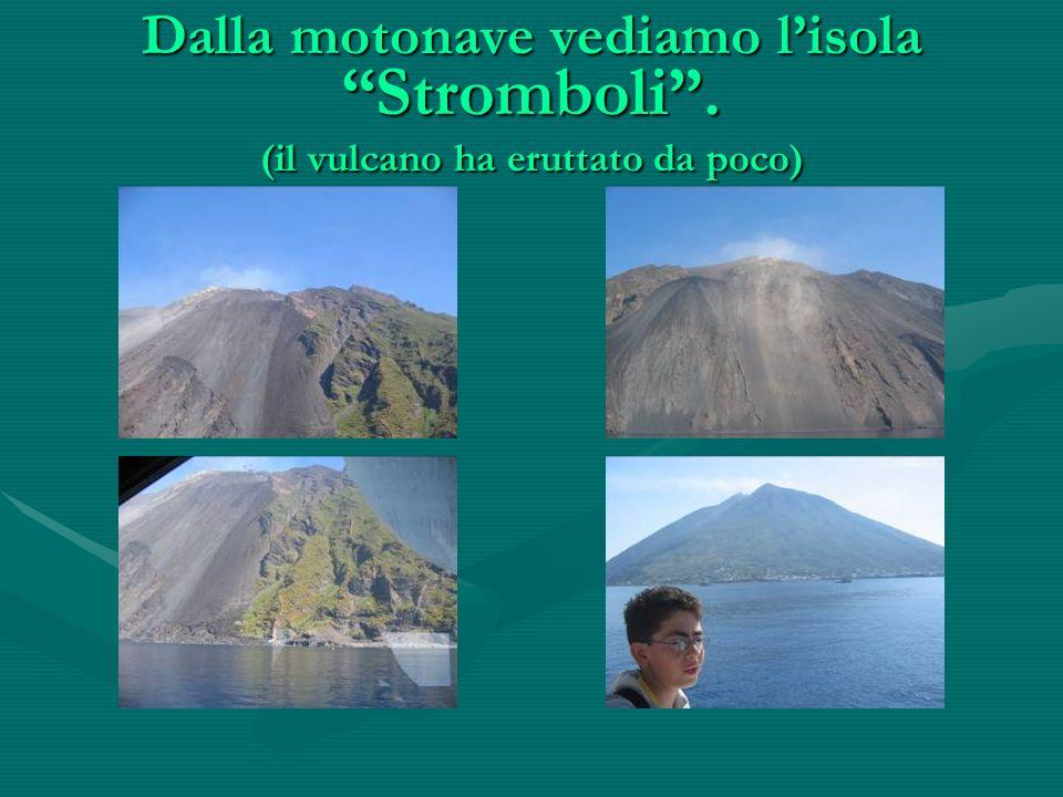 Dalla motonave vediamo lisola Stromboli. (il vulcano ha eruttato da poco)