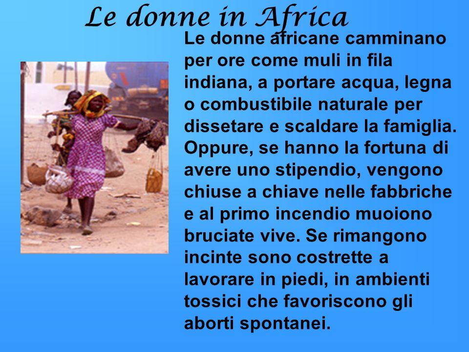 Le donne in Africa Le donne africane camminano per ore come muli in fila indiana, a portare acqua, legna o combustibile naturale per dissetare e scald