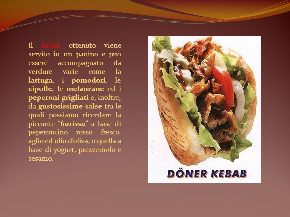 Il kebab ottenuto viene servito in un panino e può essere accompagnato da verdure varie come la lattuga, i pomodori, le cipolle, le melanzane ed i pep