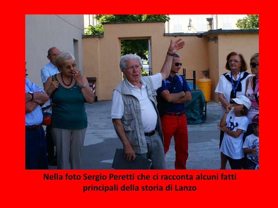 Nella foto Sergio Peretti che ci racconta alcuni fatti principali della storia di Lanzo