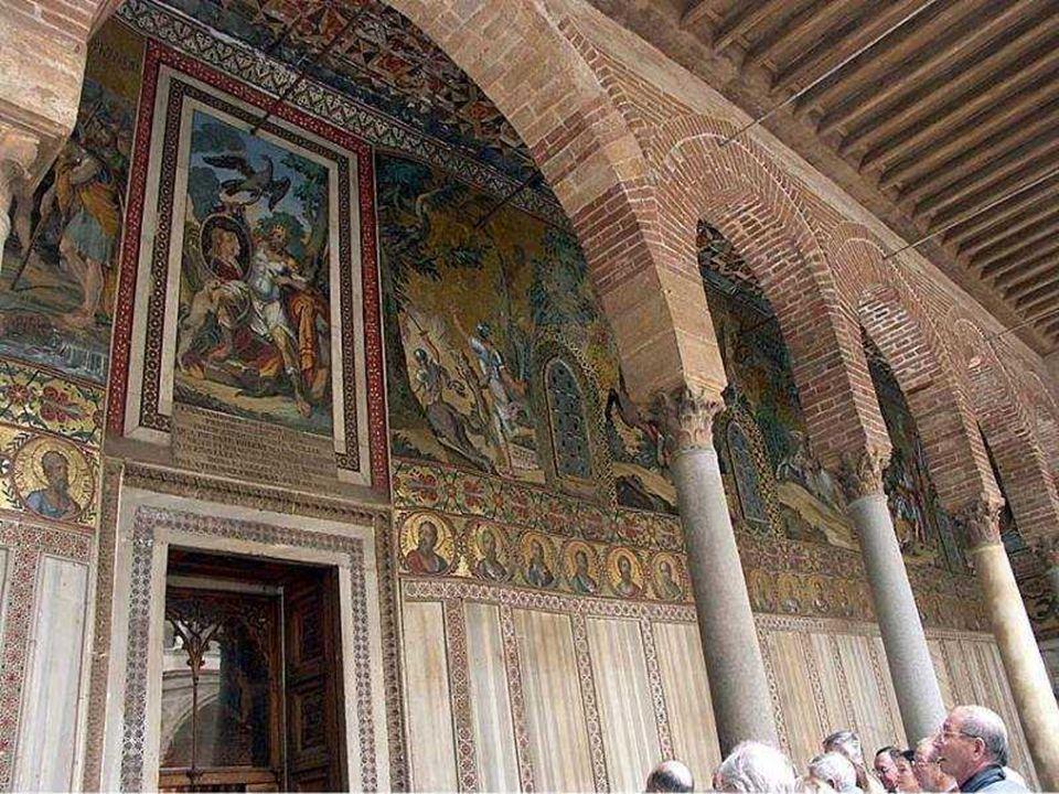La Cappella Palatina fu fatta costruire da Ruggero II nel 1132. La Cappella si distingueva per la purezza geometrica delle sue forme ma, poi, fu inglo