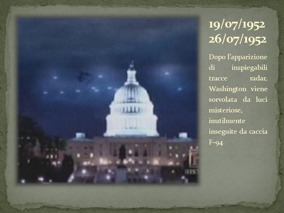 Dopo lapparizione di inspiegabili tracce radar, Washington viene sorvolata da luci misteriose, inutilmente inseguite da caccia F-94