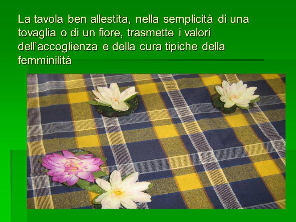 La tavola ben allestita, nella semplicità di una tovaglia o di un fiore, trasmette i valori dellaccoglienza e della cura tipiche della femminilità