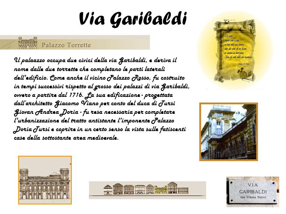 Il palaazzo occupa due civici della via Garibaldi, e deriva il nome dalle due torrette che completano le parti laterali dell'edificio. Come anche il v