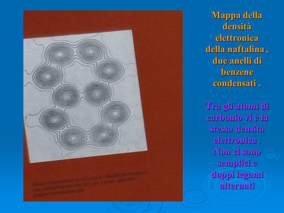 Mappa della densità elettronica della naftalina, due anelli di benzene condensati. Tra gli atomi di carbonio vi è la stessa densità elettronica. Non c