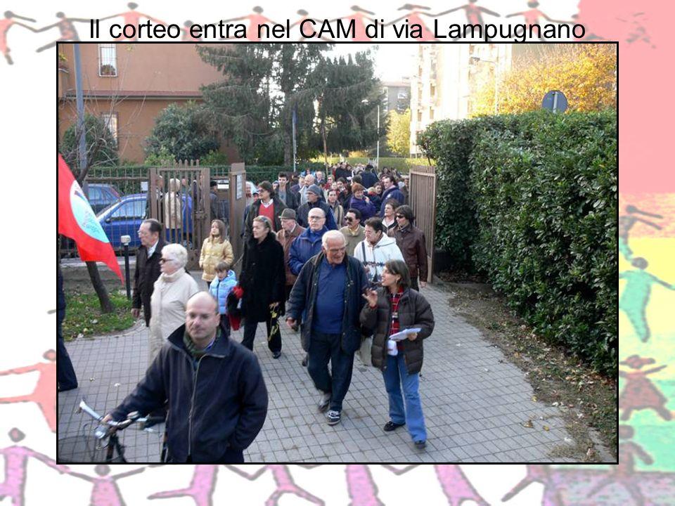 Il corteo entra nel CAM di via Lampugnano