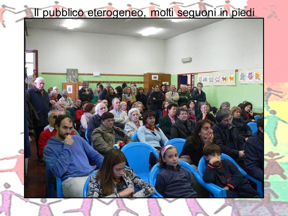 Il pubblico eterogeneo, molti seguoni in piedi