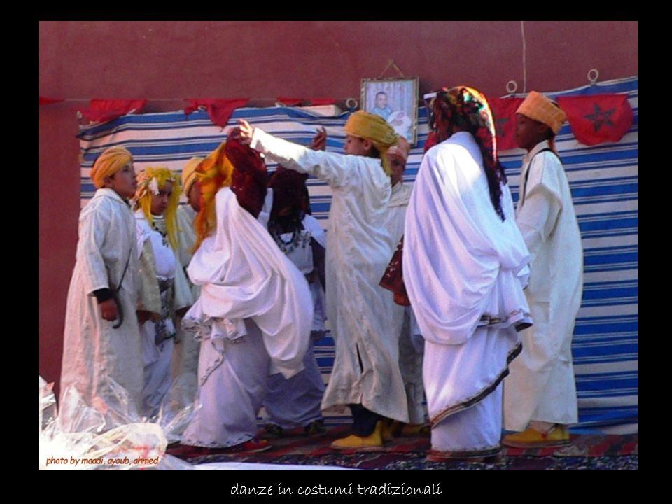 danze in costumi tradizionali