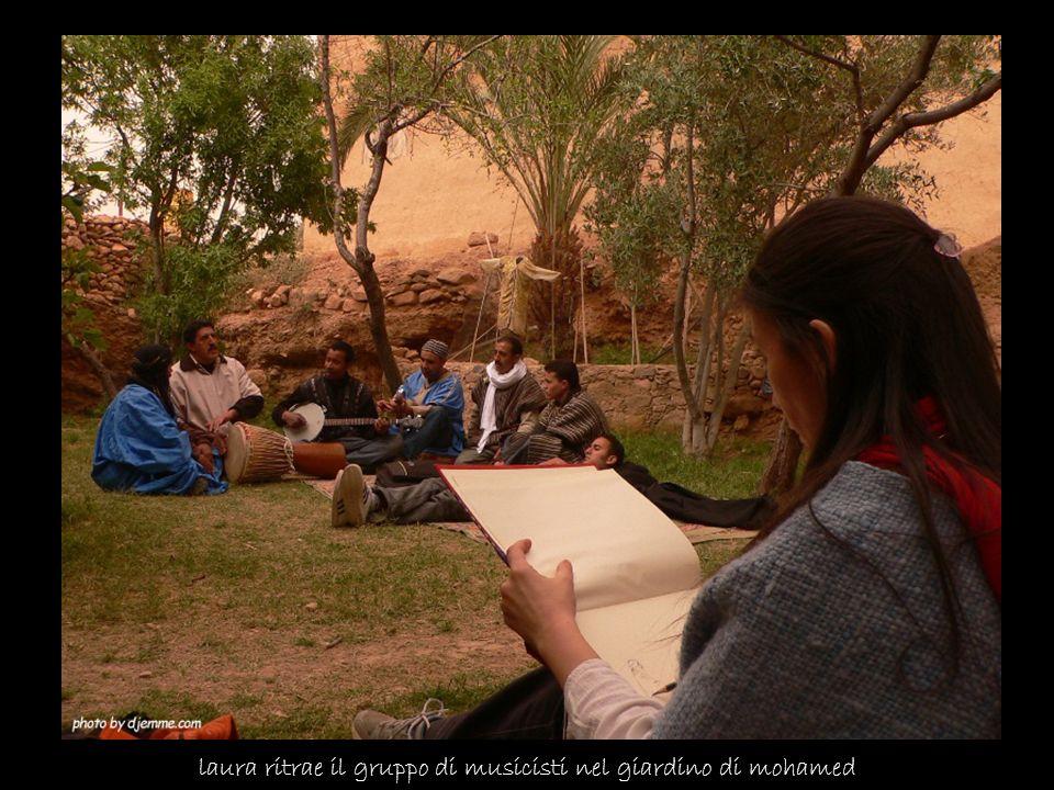 laura ritrae il gruppo di musicisti nel giardino di mohamed