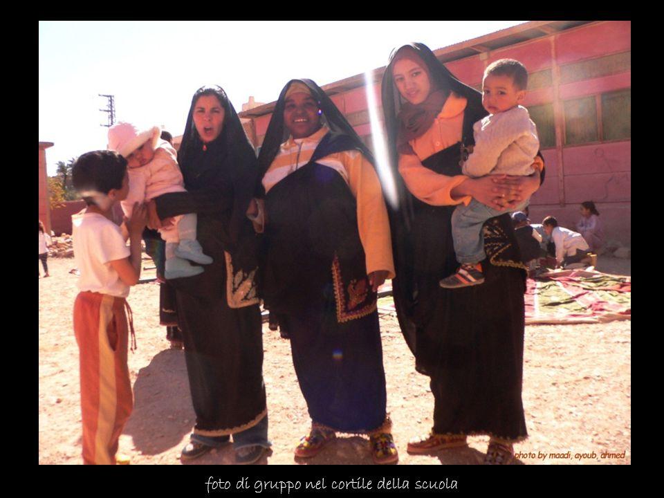 foto di gruppo nel cortile della scuola
