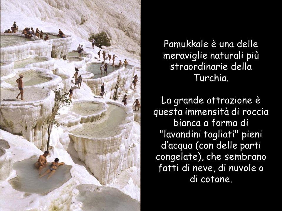 Pamukkale è una delle meraviglie naturali più straordinarie della Turchia. La grande attrazione è questa immensità di roccia bianca a forma di