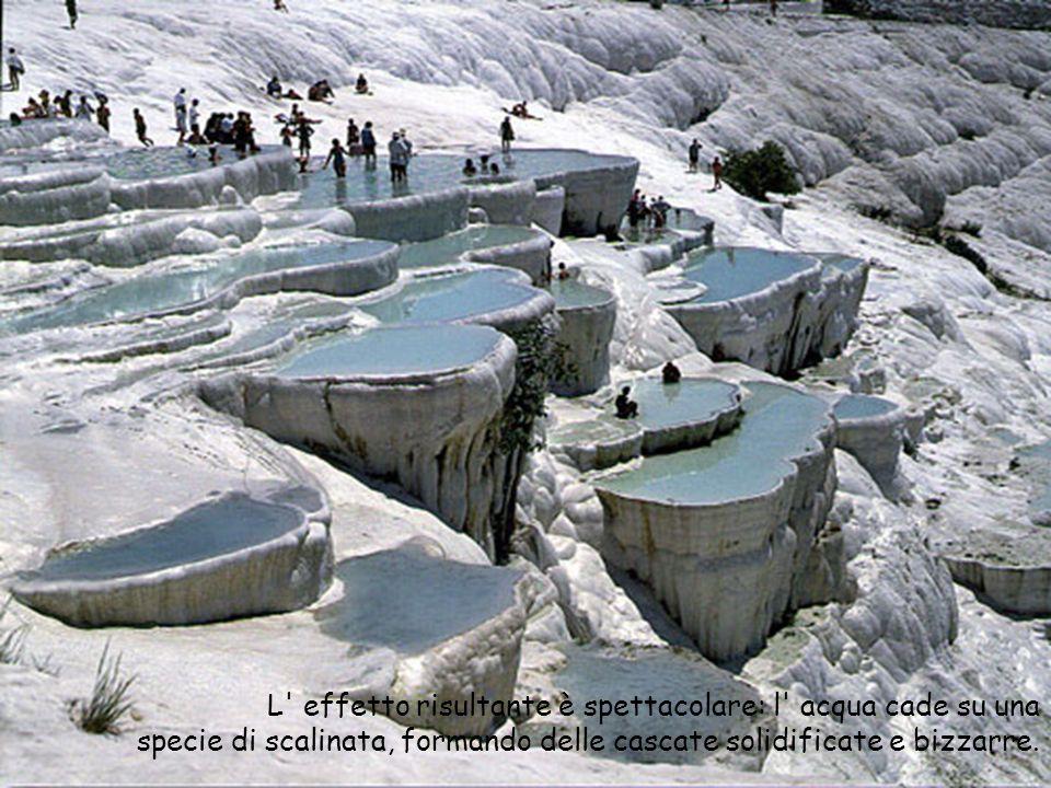 L' effetto risultante è spettacolare: l' acqua cade su una specie di scalinata, formando delle cascate solidificate e bizzarre.
