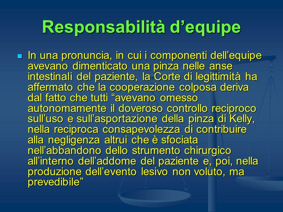Responsabilità dequipe In una pronuncia, in cui i componenti dellequipe avevano dimenticato una pinza nelle anse intestinali del paziente, la Corte di