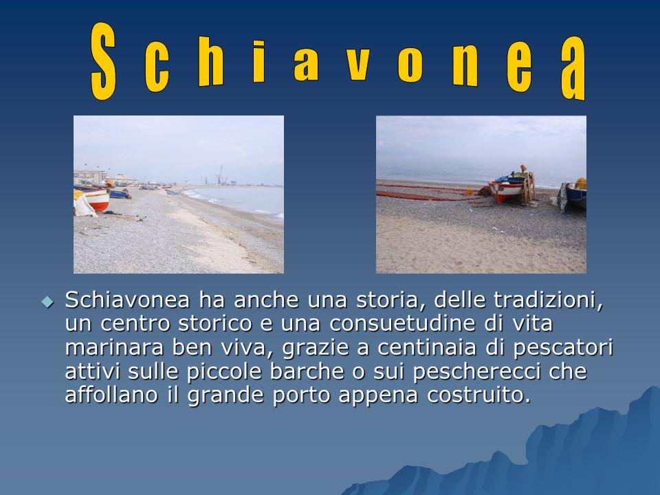 Schiavonea ha anche una storia, delle tradizioni, un centro storico e una consuetudine di vita marinara ben viva, grazie a centinaia di pescatori atti