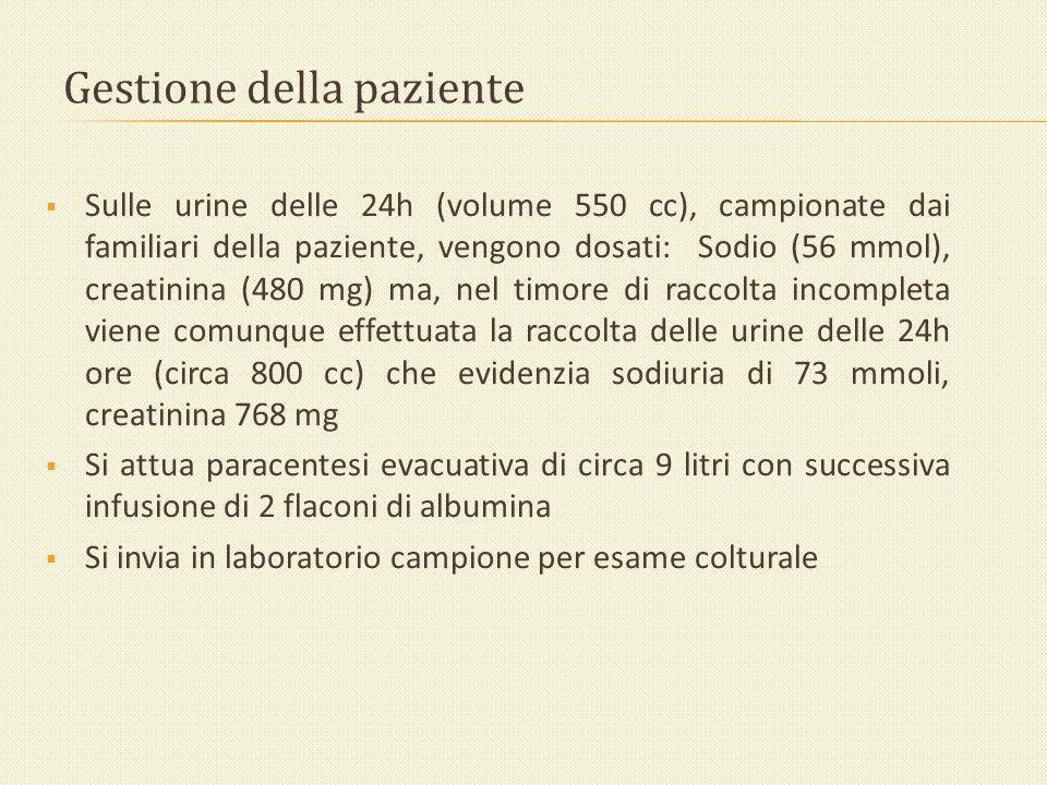Gestione della paziente Sulle urine delle 24h (volume 550 cc), campionate dai familiari della paziente, vengono dosati: Sodio (56 mmol), creatinina (4