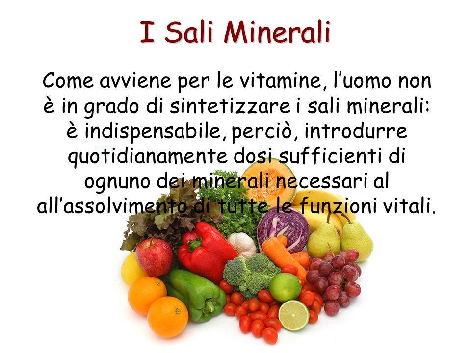 I Sali Minerali Come avviene per le vitamine, luomo non è in grado di sintetizzare i sali minerali: è indispensabile, perciò, introdurre quotidianamen