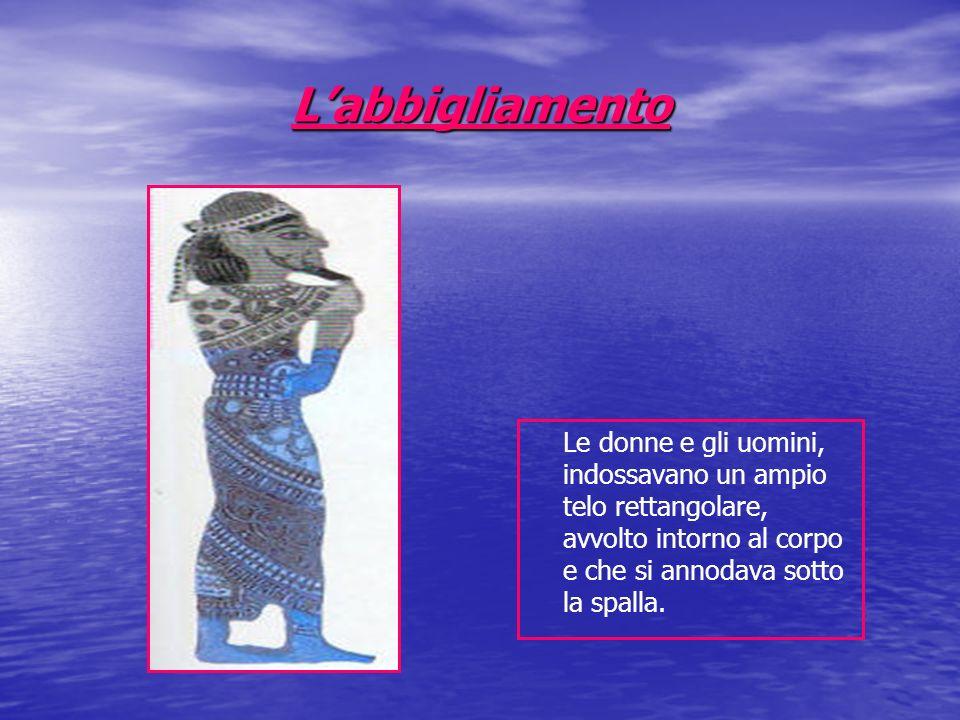 Labbigliamento Le donne e gli uomini, indossavano un ampio telo rettangolare, avvolto intorno al corpo e che si annodava sotto la spalla.