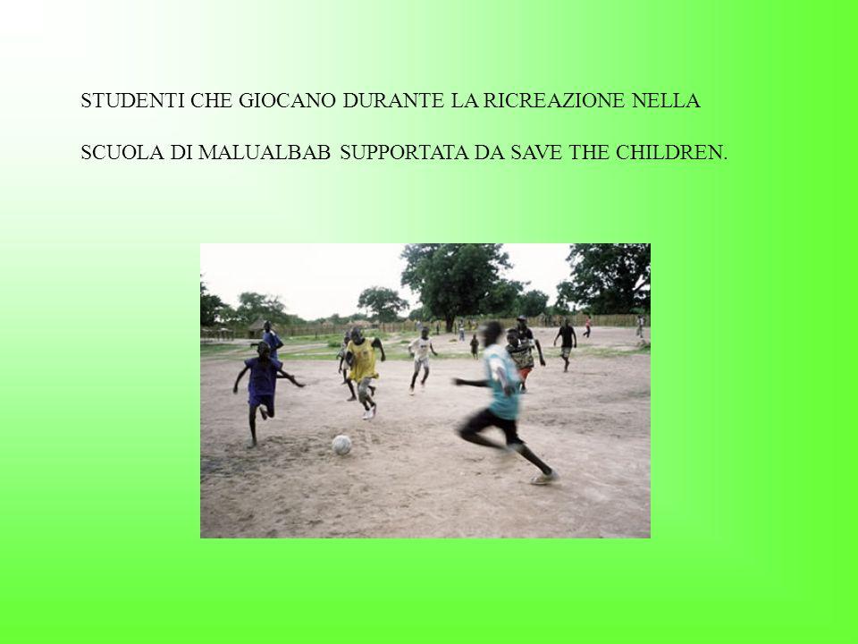 MARY, COL VESTITO ARANCIONE, NELLA SUA SCUOLA DI MATHIANG DHIEI, NEL SUD SUDAN.