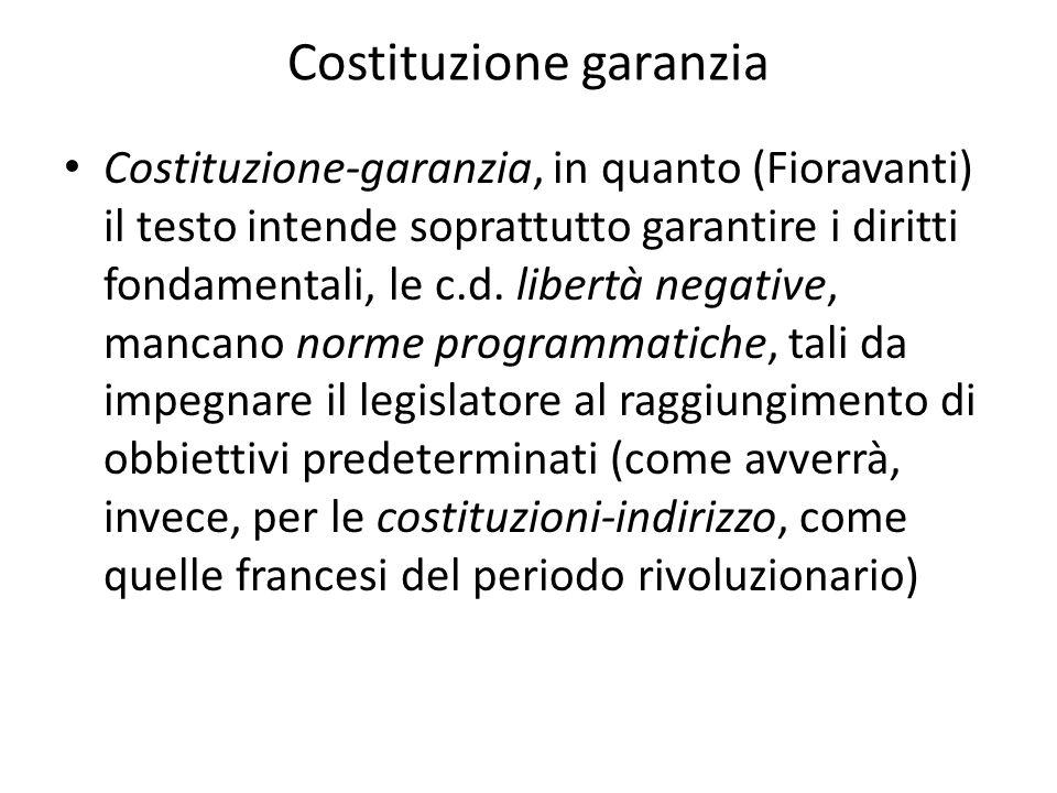 Costituzione garanzia Costituzione-garanzia, in quanto (Fioravanti) il testo intende soprattutto garantire i diritti fondamentali, le c.d. libertà neg
